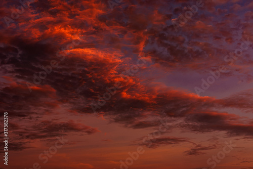 Photo Magnificent altostratus cloud in magenta colors at sunset.