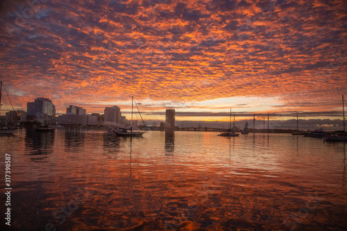 Fotografía Sunrise skyline and waterway of Norfolk, Virginia. United States