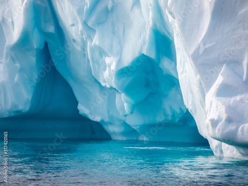 Fotomural Closeup details of iceberg floating in the cold water of Antarctica