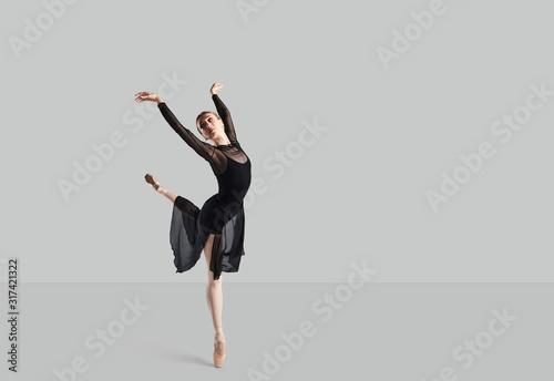 Fotografia, Obraz Woman ballet dancer over gray background.