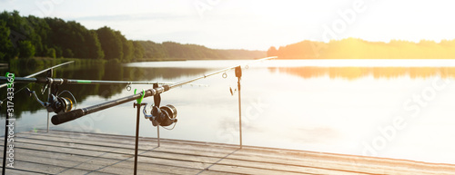 Photo Carp fishing on beautiful blue lake with carp rods and rod pods in the summer morning