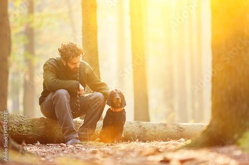 Förster im Wald mit Bracke Hund