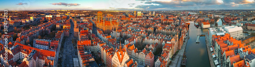Fotomural Aerial panorama of the old town in Gdansk at sunrise, Poland.