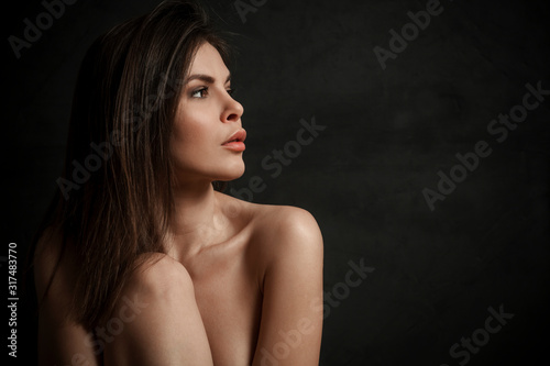 Fotomural Side view portrait of a beautiful young woman