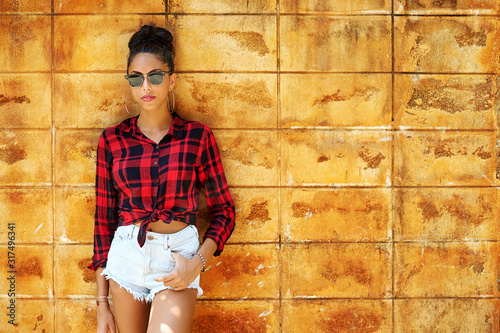 Street fashion portrait of stylish girl in sunglasses and casual clothes Tapéta, Fotótapéta