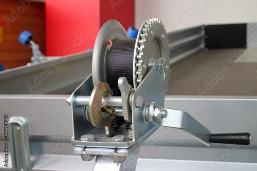 Foto detailed photo of the construction of a small metal mechanical wire rope winch w