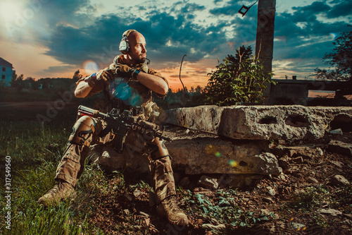 Fotografiet American soldier with the M4 rifle is having a rest