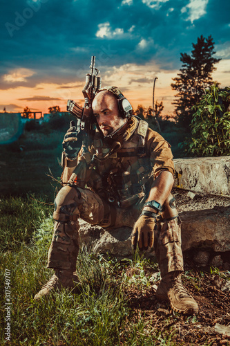 Valokuva American soldier with the M4 rifle is having a rest