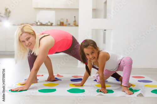 Valokuvatapetti Young mother playing twister with her kids