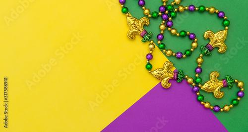 Photo Mardi gras carnival decoration beads yellow green purple background