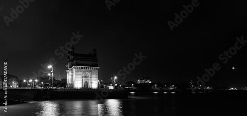 Photo Mumbai's gate way of India monument photo in black and white wide angle panorama