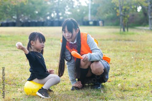 子供と遊ぶ高校生