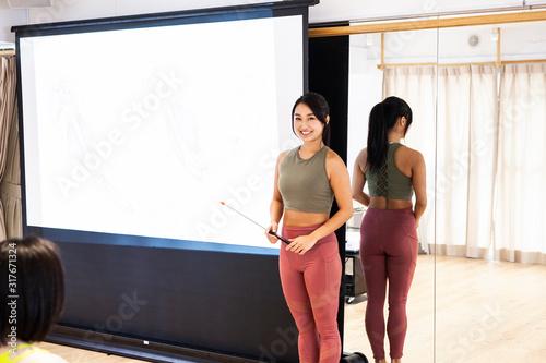 Fototapeta 女性フィットネストレーナー