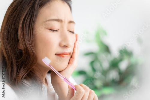 Photo 歯磨きする女性