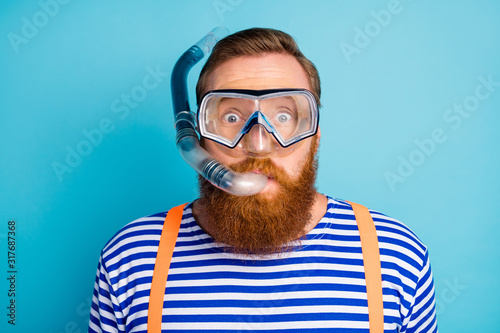 Photographie Close up photo of funky shocked red hair man watersport lover breathe diving tub
