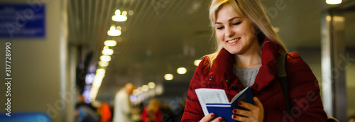 Photo Pretty young woman at the airport with tickets and passports