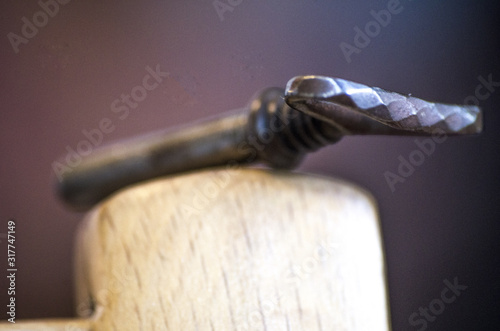 Photo Clé ancienne fer forgé et laiton vieilli métal ancien aspect vintage