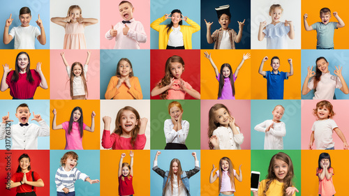 Cuadros en Lienzo Portrait of happy caucasian kids on multicolored background
