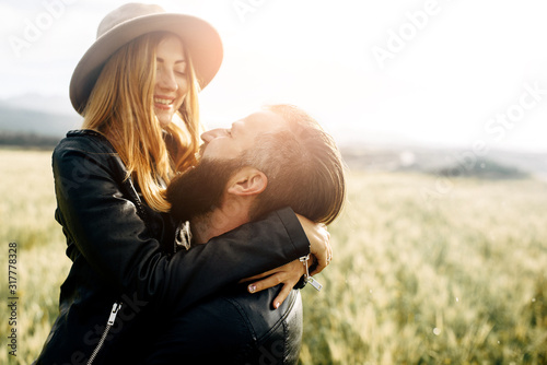 Fototapeta Stylish casual couple on a green field obraz