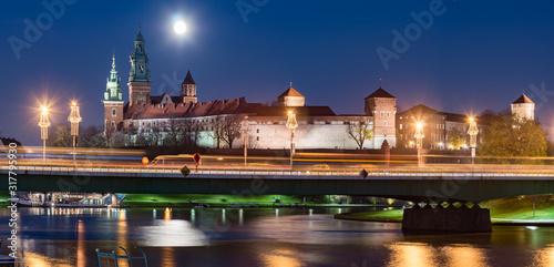 krakow-polska-nocna-panorama-wawelu-nad-wisla-w-pelni-ksiezyca