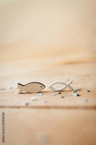 Kommunion, Konfirmation, Firmung, Taufe - weiße Fische aus Holz auf Naturholz Fotobehang