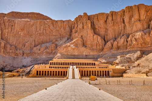 Obraz Ancient ruins of the Mortuary Temple of Hatshepsut in Luxor, Egypt - fototapety do salonu