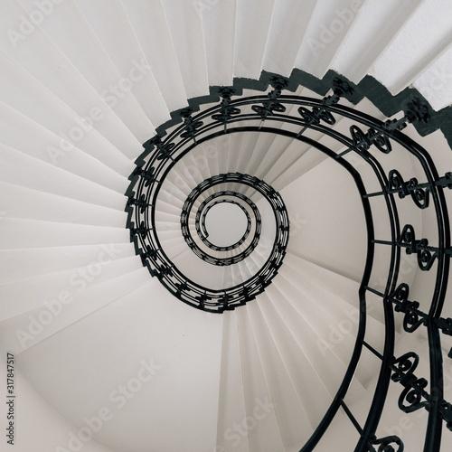 wysoki-kat-nowoczesny-spiralne-schody
