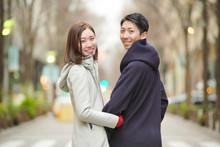 街を歩くカップル