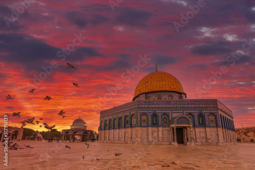 Cuadros en Lienzo Dome of the Rock on the Temple Mount in Jerusalem at sunrise