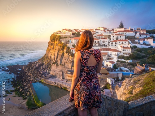 Photo Female admiring the sunset at Azenhas do Mar in Sintra, Portugal