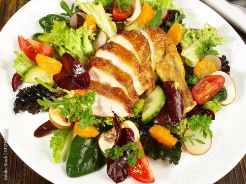 Obraz na plátně Gemischter Salat mit Hähnchenbrust