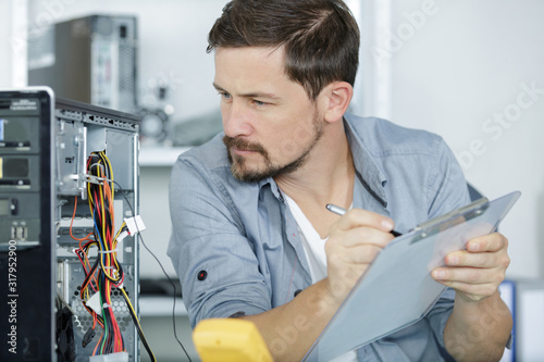 Foto a professional computer service worker