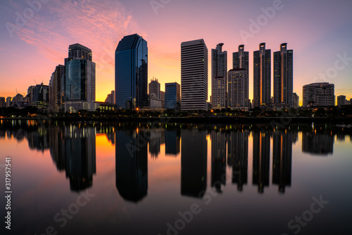 Photo Bangkok metropolitan cityscape with sunrise and water reflection
