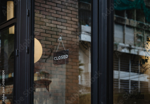 Fotomural closed sign hanging outside a restaurant, store, office or other