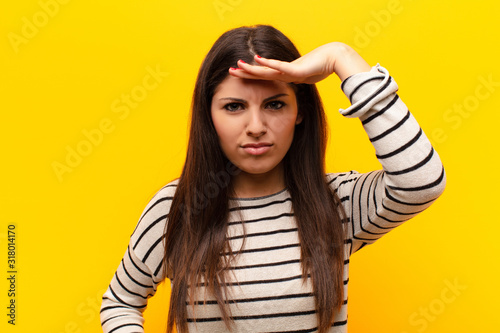Photo young pretty woman looking bewildered and astonished, with hand over forehead lo