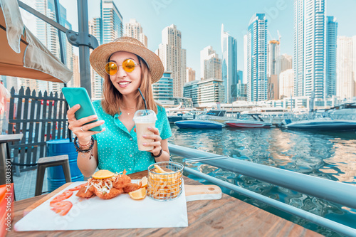 Photo Asian girl has Breakfast with seafood cuisine in a restaurant on the terrace ove