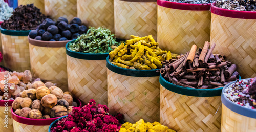 Photo Spices and herbs on the arab street market stall