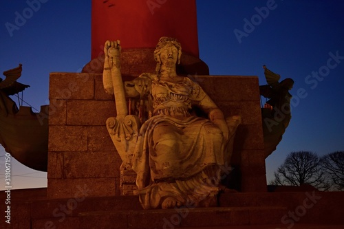 Photo Allegoric stone sculpture night scene