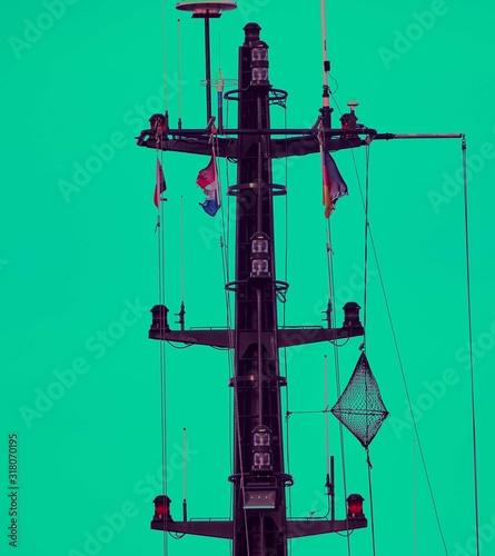 Obraz na plátně Front shot of a ship mainmast with green background