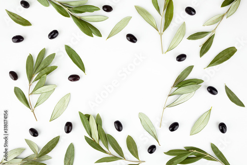 Photo Top view of fresh black olive fruit with leaves on white background