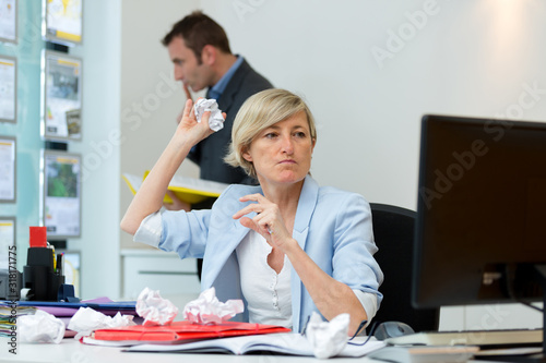 Fotomural woman throwing crumpled paper balls at computer