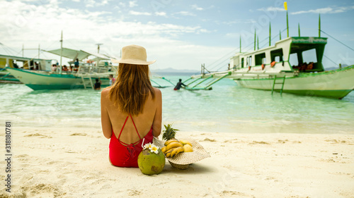 Photo Young redhead vacation female in bikini and hat enjoying tropical fruits on boun