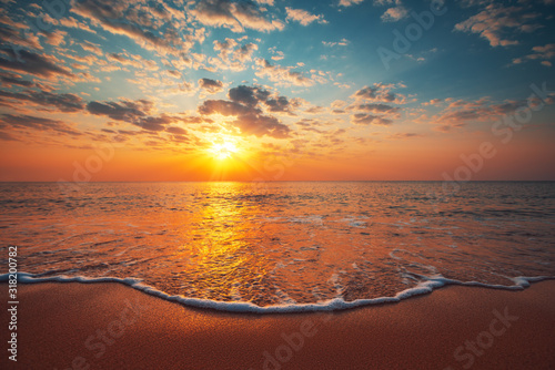 Foto Beautiful sunrise over the sea
