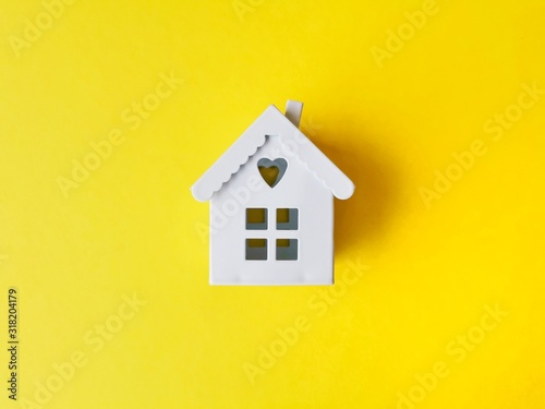 Foto  house models on yellow background