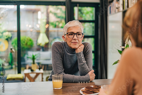 Photo Portrait of attentive modern mature woman listening to a friend at home