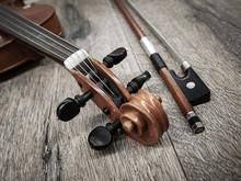 Geigenkopf Und Geigenbogen.