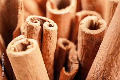 Fotografía Closeup detail - Heap of cinnamon bark sticks