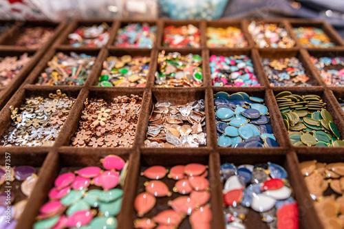 Fotografía  Bigiotteria, perline, cuoticini, monili per braccialetti, colorati, allegri, per