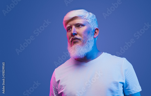 Photo Confident adult man with albinism looking away