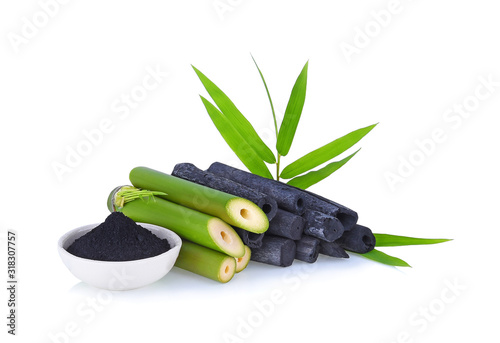 Photo Natural bamboo charcoal and powder isolated on white background